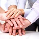 11764325-grupo-diverso-de-trabajadores-con-sus-manos-juntas-en-forma-de-trabajo-en-equipo-Foto-de-archivo