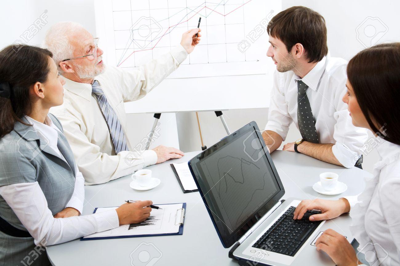 Imagenes De Personas Trabajando En Equipo: Personas Trabajando En Oficina Im Genes De Archivo La