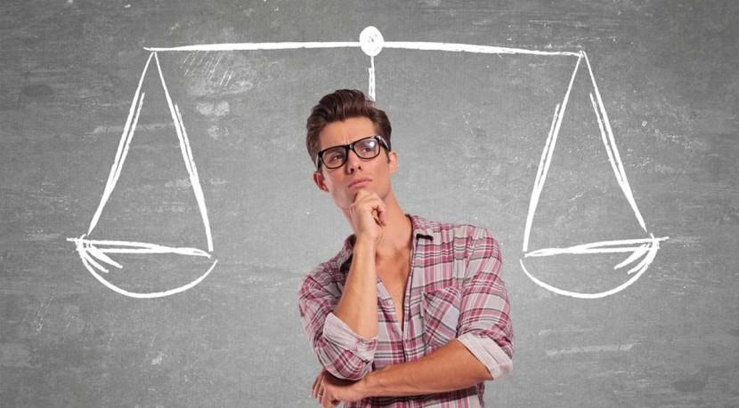 Influencias y sesgos en el proceso de toma de decisiones.